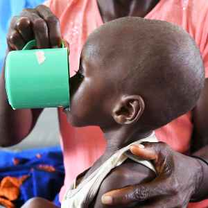 Niño bebiendo leche terapéutica