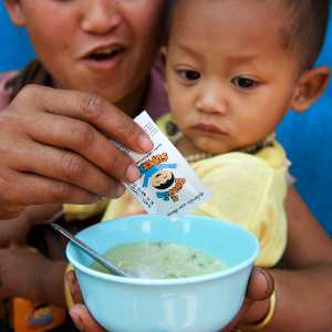 Niño recibiendo tratamiento nutricional