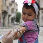 Niña recibiendo vacuna contra el sarampión