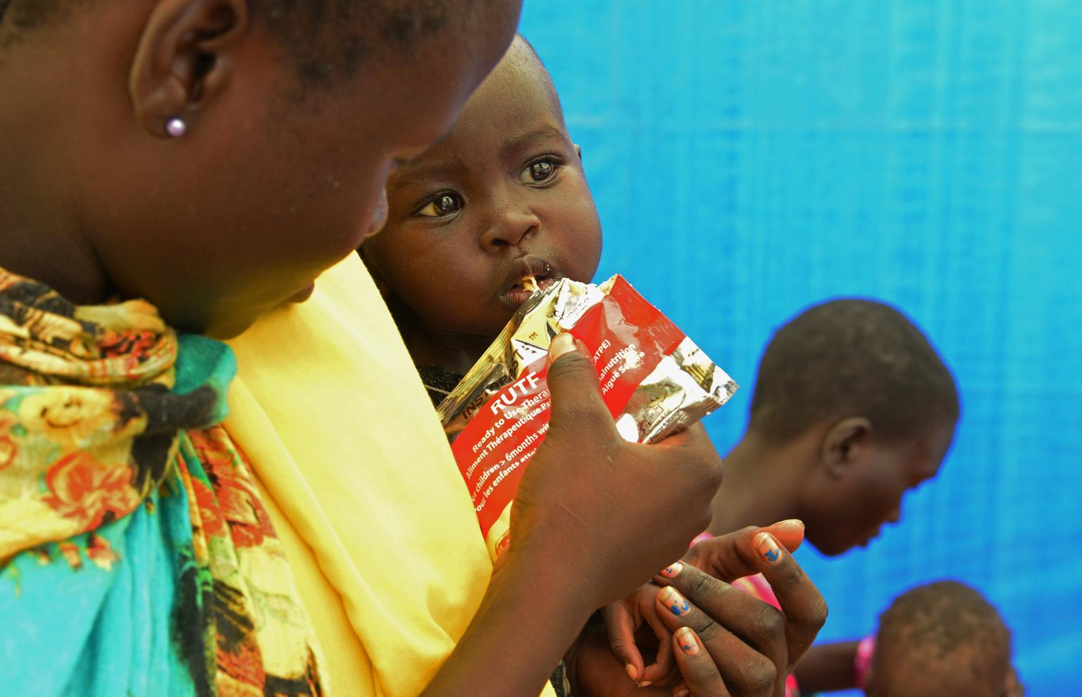 Bebé alimentandose con plumpy nut